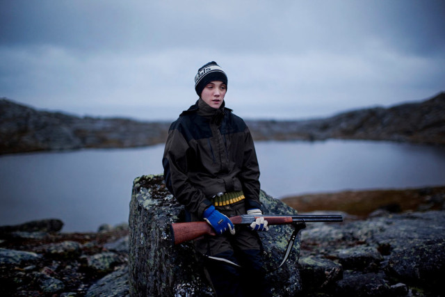 Sigve (17) hunting grouse in Bugoeynes, northern Norway. From the project «Everybody Knows This is Nowhere». Foto: Andrea Gjestvang