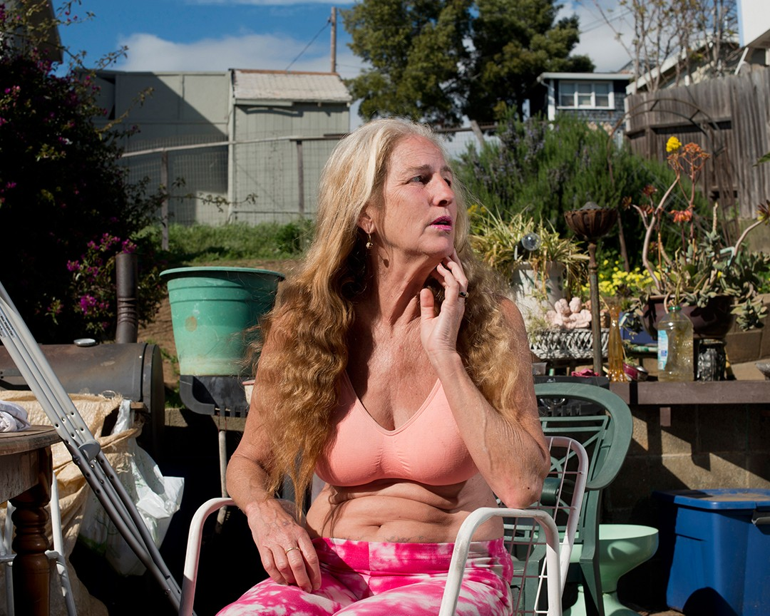 Cinndy in her backyard in St Vincent's Hill. USA. Vallejo, California. 2016. Foto: Carolyn Drake